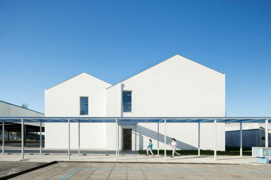 Basic School of São Bernardo in Aveiro of the architecture studio Tectonic Art of the architect João Cassiano Santos and with photography by Architecture Ivo Tavares Studio